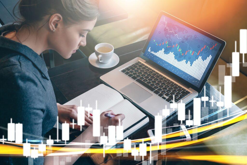 Die Dividendenrendite wird ermittelt, indem die Dividende pro Aktie mit 100 multipliziert und anschließend durch den aktuellen Kurswert geteilt wird. Die Dividendenrendite dient in erster Linie zum Vergleich verschiedener Aktien und gibt eine Aussage darüber, ob es sich um einen guten, mittelmäßigen oder er schlechten Ertrag für den Anleger handelt.